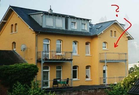Ein Balkon ohne Tür.