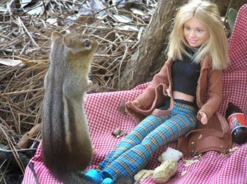 Eine Barbie-Puppe wird von einem Eichhörnchen angeschaut.!