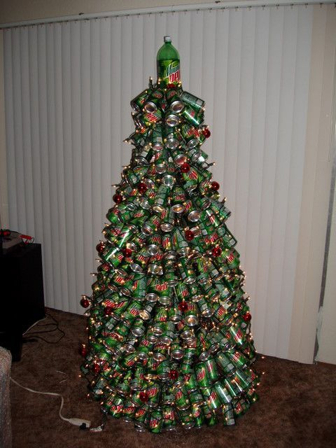 Ein Weihnachtsbaum aus Getränkedosen.
