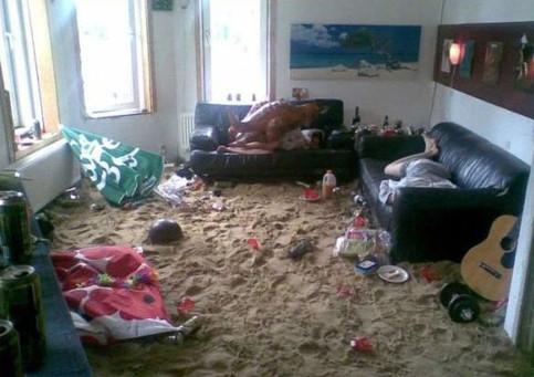 In einem Zimmer wurde eine große Menge Sand auf dem Boden verteilt. Scheinbar wurde im Wohnzimmer eine Indoor-Strandparty gefeiert.