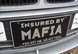 "Ein Auto-Nummernschild ""Insured by Mafia"""