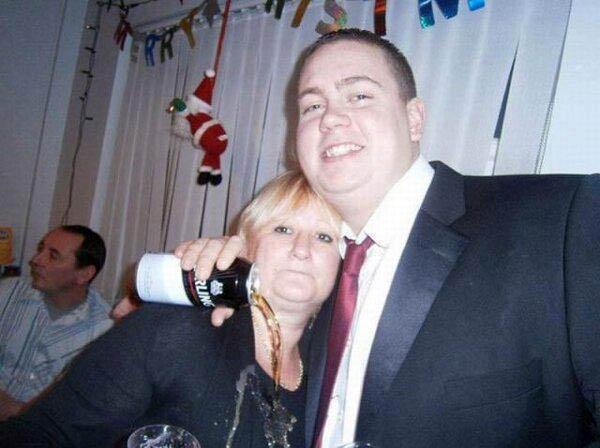 Ein Mann umarmt eine Frau, während er eine Dose Bier in der Hand hat. Diese schüttet er beim Umarmen der Frau auf die Brust.