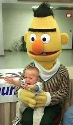 Bert hält ein weinendes und verängstigtes Kind in den Armen.