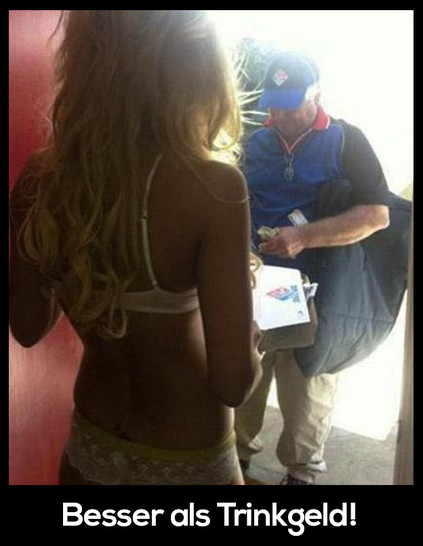 Ein Pizzabote bekommt die Frau von einer jungen sexy Frau in Unterwäsche geliefert.
