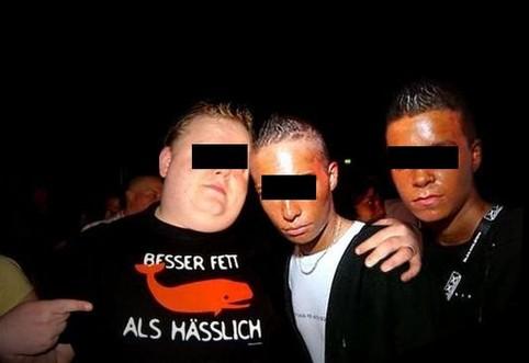 """Drei Jungs, ein Dicker trägt ein T-Shirt """"Besser fett als hässlich"""""""