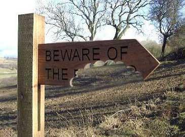 """Ein Schild, auf dem steht """"Beware of the ..."""" und dessen Rest abgebissen wurde."""
