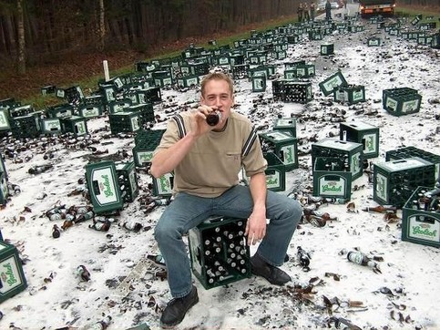 Ein Mann trinkt Bier, das von einem Transporter gefallen ist.