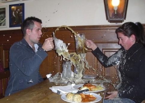 Beim Zuprosten zerbricht ein Bierglas.
