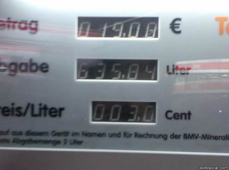 Eine Zapfsäule an einer Tankstelle ist falsch eingestellt. Jemand hat 635 Liter für nur 19 Euro getankt.