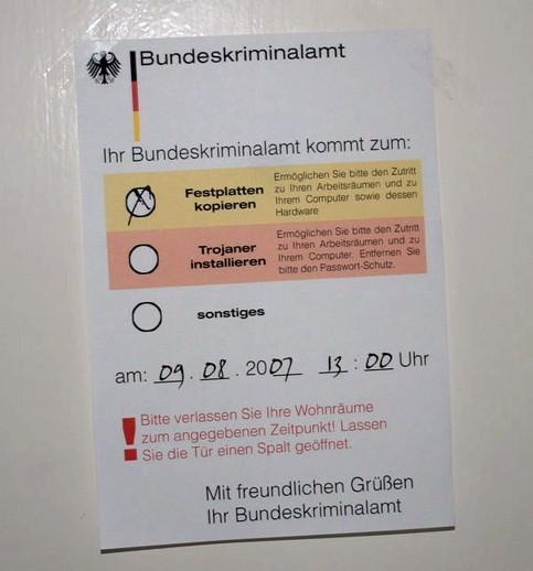 """Eine nachgemachte Ankündigung an einer Haustür: """"Ihr Bundeskriminalamt kommt zum Festplatte kopieren"""""""