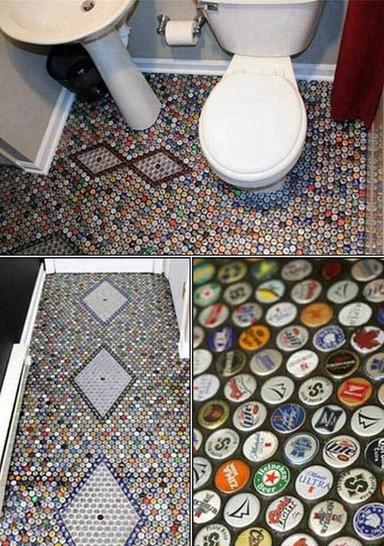 In einem Bad ist der Boden mit vielen Kronkorken gefliest.