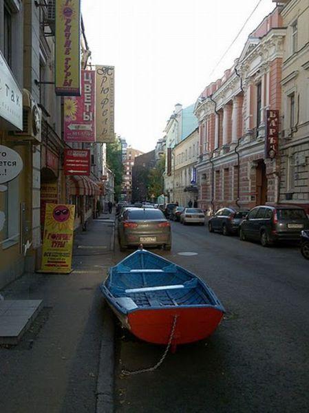 Ein Boot steht auf einer Straße auf einem Parkplatz.