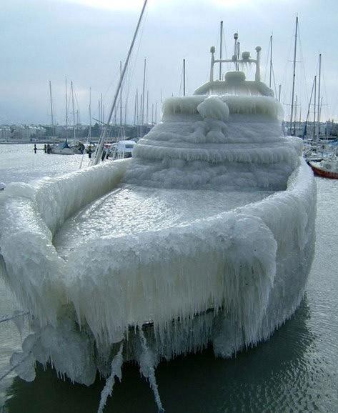 Ein Boot ist mit Eis überzogen.