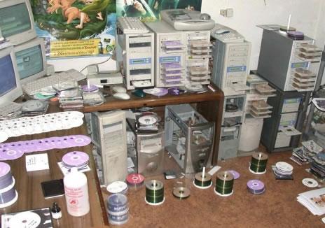 Ein Raum voll mit PCs, die CDs oder DVDs brennen.