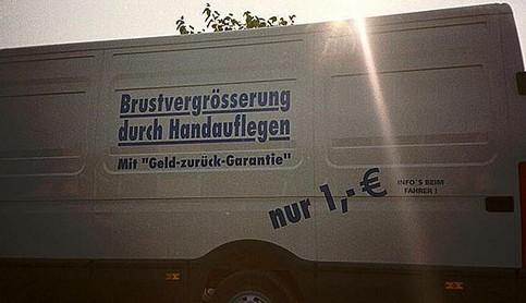 """Die Aufschrift auf einem Tranporter verspricht """"Brustvergrößerung durch Handauflegen. Mit Geld-zurück-Garantie. Nur 1 Euro, Infos gibts beim Fahrer!"""""""