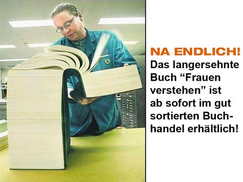 """Ein Foto eines Mannes, der in einem unvorstellbar dicken Buch blättert. Dabei steht: """"Na endlich! Das langersehnte Buch Frauen verstehen ist ab sofort im gut sortieren Buchhandel erhältlich!"""""""