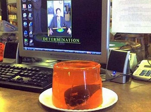 An einem Büro-PC wurde die Computermaus in einen Wackelpudding eingekocht.