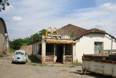 Ein Logo einer Burger-Kette auf einer Bruchbude.