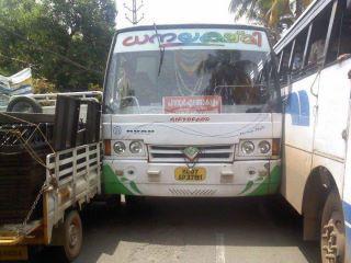 Ein Bus ist zwischen einem anderen Bus und einem LKW eingequetscht.