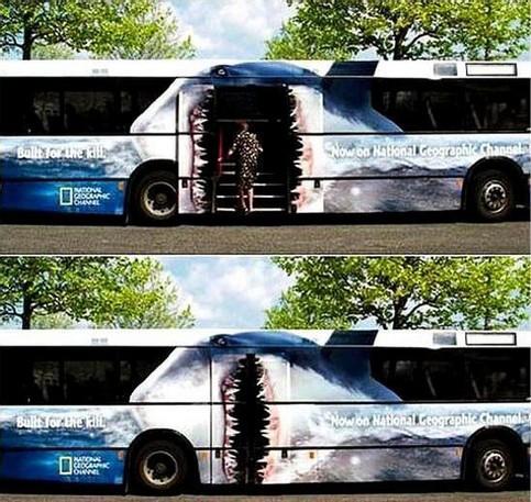 Ein Bus ist so bemalt, dass er Menschen zu fressen scheint.