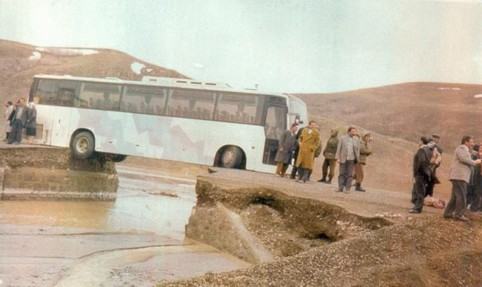 Unter einem Bus ist die Strasse weggebrochen.