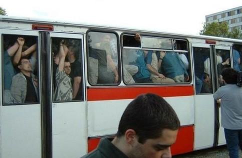 Ein Bus ist mit Menschen voll gestopft.