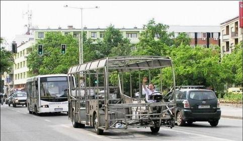 Das Stahlgerüst eines Busses fährt auf einer Straße.