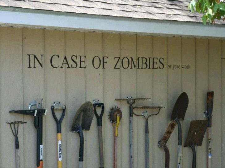 "An einer Wand hängen Werkzeuge für die Gartenarbeit. An der Wand steht ""In case of zombies or yard work"" (""Im Fall von Zombies oder Gartenarbeit"")."