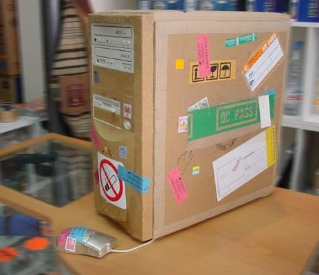 Ein PC ist wie ein Paket verpackt und mit Aufklebern beklebt.