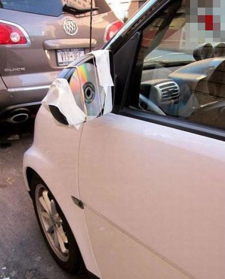 Ein defekter Außenspiegel eines Autos wurde durch Anbringen einer CD repariert.