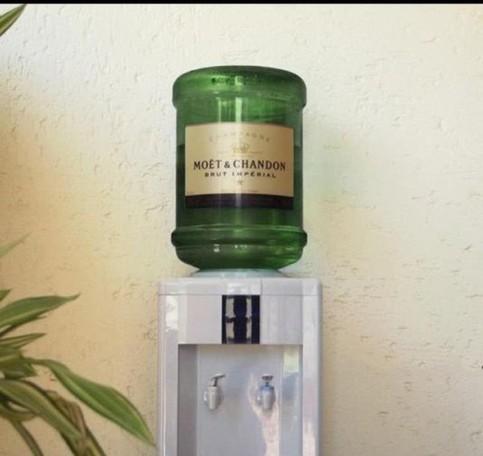 Auf einen Wasserspender scheint ein Gefäß mit Champagner montiert worden zu sein.