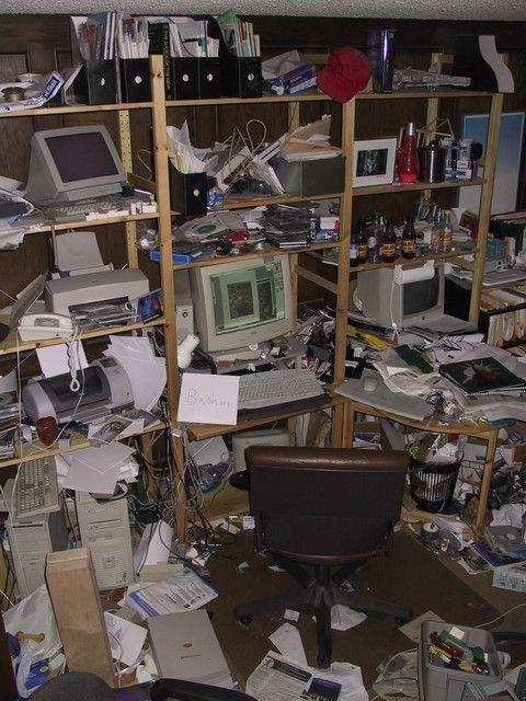Ein völlig unaufgeräumter und chaotischer Arbeitsplatz.