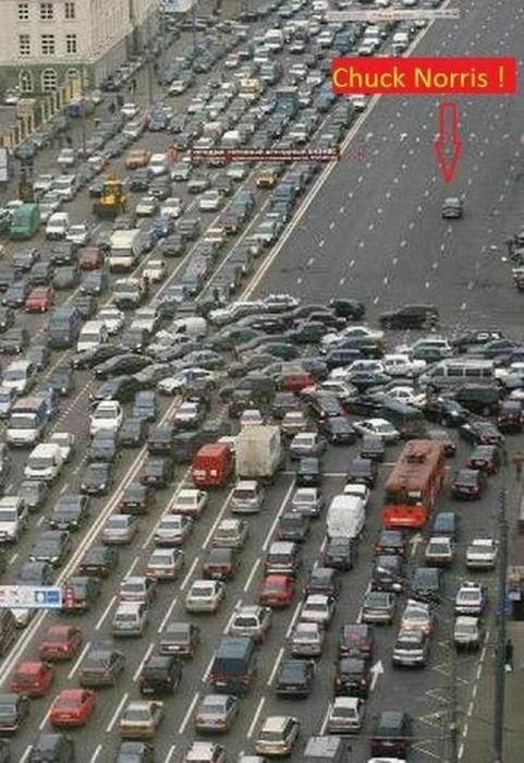Auf einer Autobahn wenden alle Autos. Nur ein Auto fährt weiter. Chuck Norris!