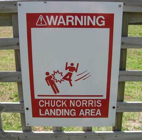 """Ein Schild mit der Aufschrift """"Chuck Norris Landing Area""""."""