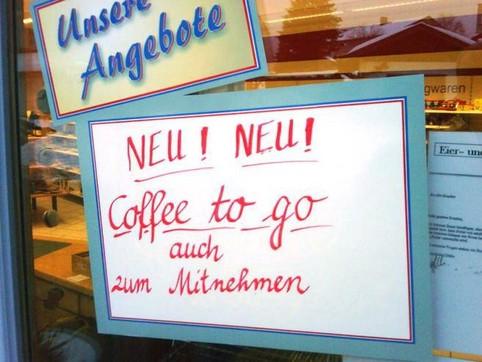 """Auf einem Schild einer Bäckerei steht """"NEU! NEU! Coffee to go auch zum Mitnehmen""""."""