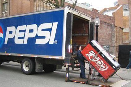 Ein Coca-Cola-Automat wird in einen Pepsi-Laster geladen.