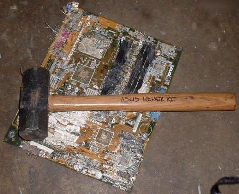 """Ein Hammer und ein Motherboard. Also ein """"Repair Kit""""."""