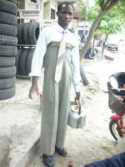 Ein Mann mit einer komisch hochgezogenen Hose.