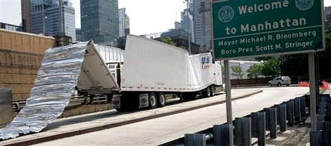 Ein Lastwagen wurde durch eine Brücke o. Ä. abgedeckt.