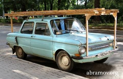 Ein Auto mit einer Holzkonstruktion auf dem Autodach.