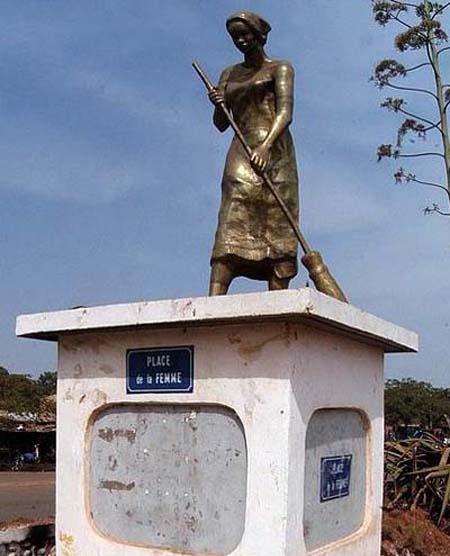 """Ein Denkmal zur Ehren der Frau. Sie kehrt auf dem """"Place de la femme""""..."""