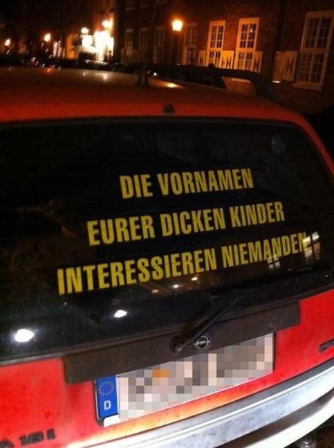 """Auf der Heckscheibe eines Autos steht """"Die Vornamen eurer dicken Kinder interessieren niemanden"""""""