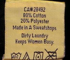 """Ein Kleidungsschildchen mit Waschhinweisen und dem Spruch """"Dirty Laundry keeps Women busy."""""""