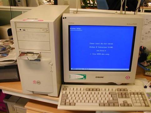 Eine CD-ROM ist auf Diskettengröße zugeschnitten und  ist ins Laufwerk eingeschoben.