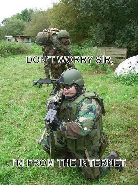 Ein dicker Junge im Soldatenanzug.