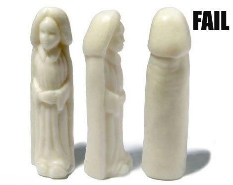 Eine Mönchsstatue ist so geschnitzt, dass sie von hinten wie ein männliches Genital aussieht.