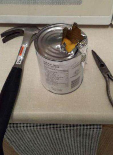 Eine Konservendose wurde mit Hammer und Zange geöffnet, da offensichtlich kein Dosenöffner zur Verfügung stand.