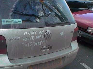 """Ein Auto, auf dem mit dem Finger in den Dreck geschrieben wurde """"IF ONLY MY WIFE WAS THIS DIRTY""""."""