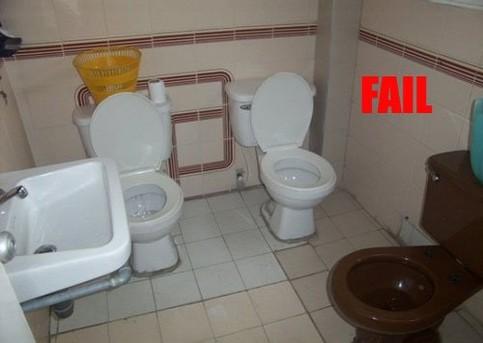 In einem Bad sind drei Klos nebeneinander installiert.
