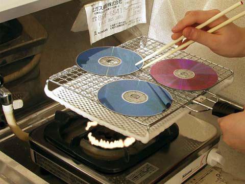 DVDs werden über einer Gasflamme gegrillt, bzw. gebrannt.